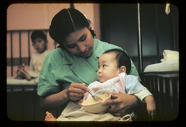 Enfermera alimentando a un bebé