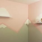 Pintando montañas y nubes en la pared de la habitación