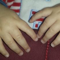 La complicada tarea de cortar las uñas a un bebé
