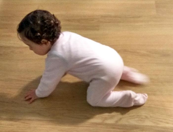 Bebé de 11 meses gateando